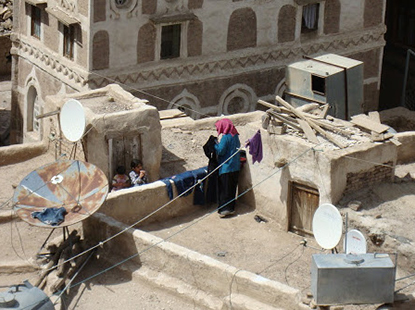 Woman-drying-laundry-atop-roof-Old-Sana'a2